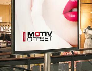 Frau mit roten Lippen auf Werbeplakat