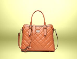 Designer-Handtasche vor goldenem Hintergrund