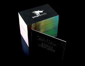 Visitenkartenstapel auf Glasoberfläche