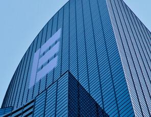 modernes Hochhaus mit E-Logo