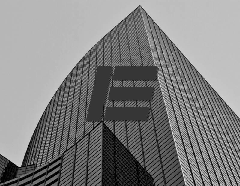 E-Logo vor modernem Hochhaus