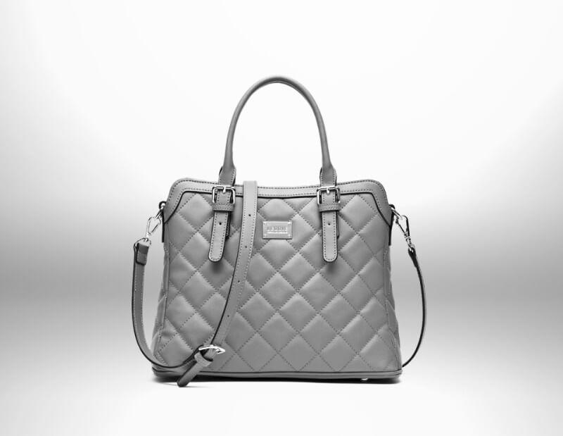 Designer-Handtasche vor silbernem Hintergrund