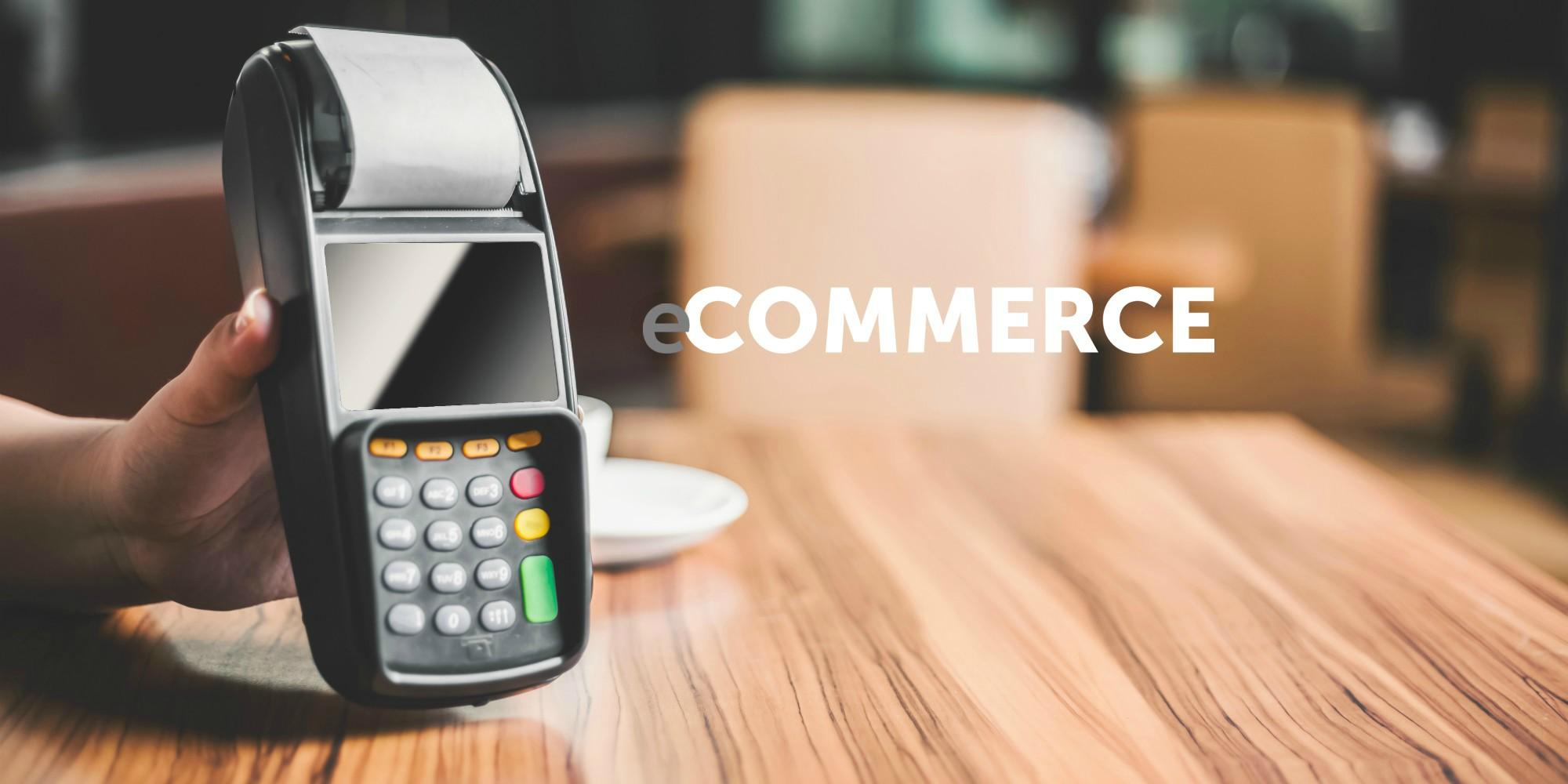 Kreditkartenlesegerät auf Holztisch